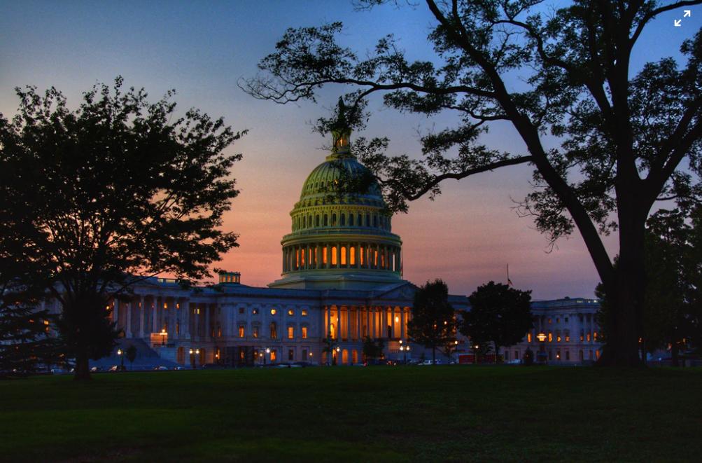 会议被暴徒打断六小时后,美国国会最终确认拜登当选总统